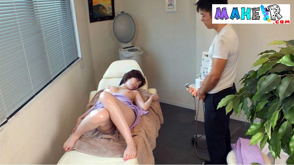 Kısa saçlı japon kıza masaj yapıp dilleyerek boşaltıyor
