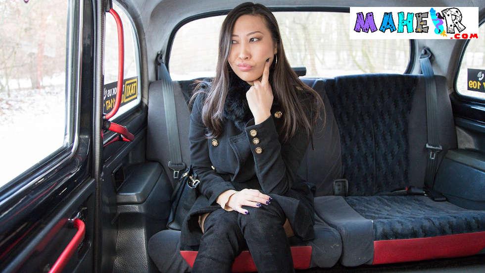 Asyalı turist şehirden gitmeden önce son defa taksiciye verdi