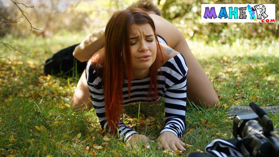 Yuvarlak kalçası olan kızıl saçlı rus kızla ormanlık alanda