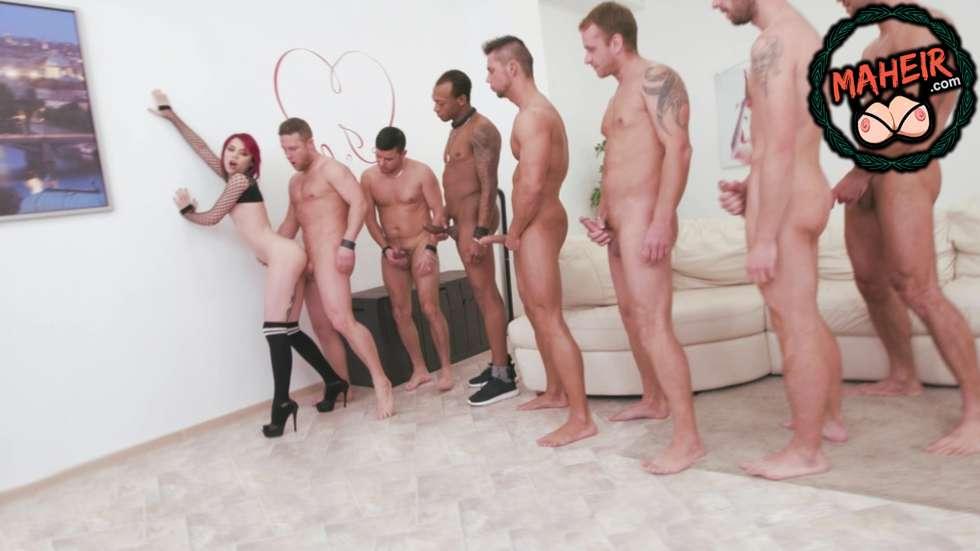 7 erkekle grup yapan kızıl saçlı boş otobüste ayakta gidecek