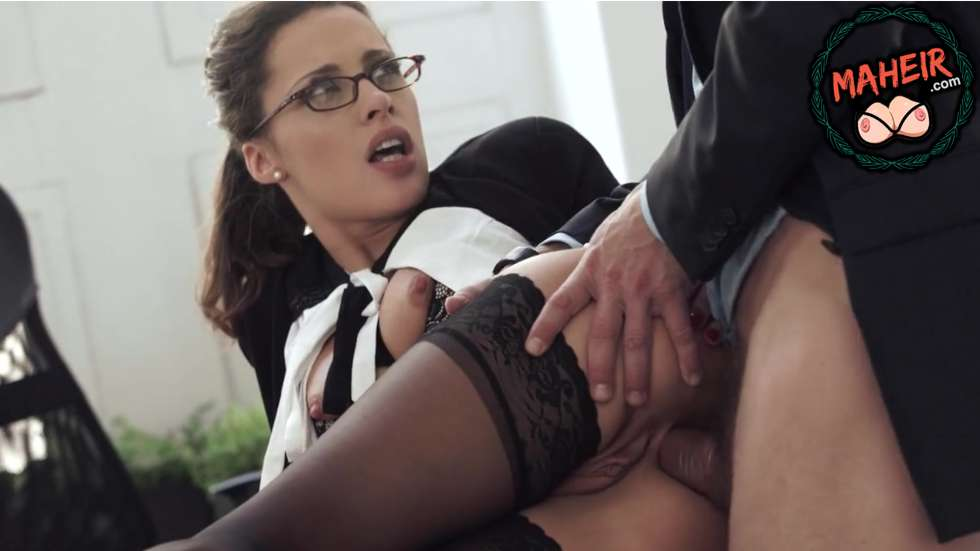 Gözlüklü sekreter arkadan alırken acıdan ofisi inletti