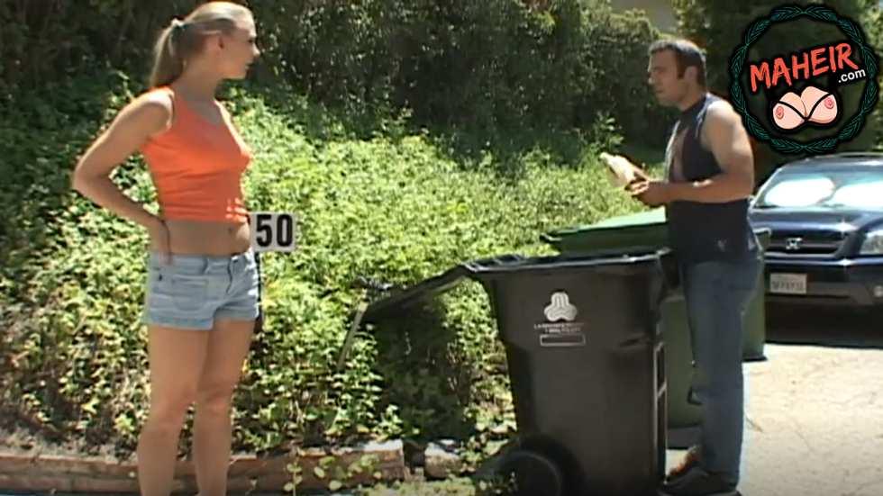 Çöplerden yemek yiyen adamı evine alarak hata etti