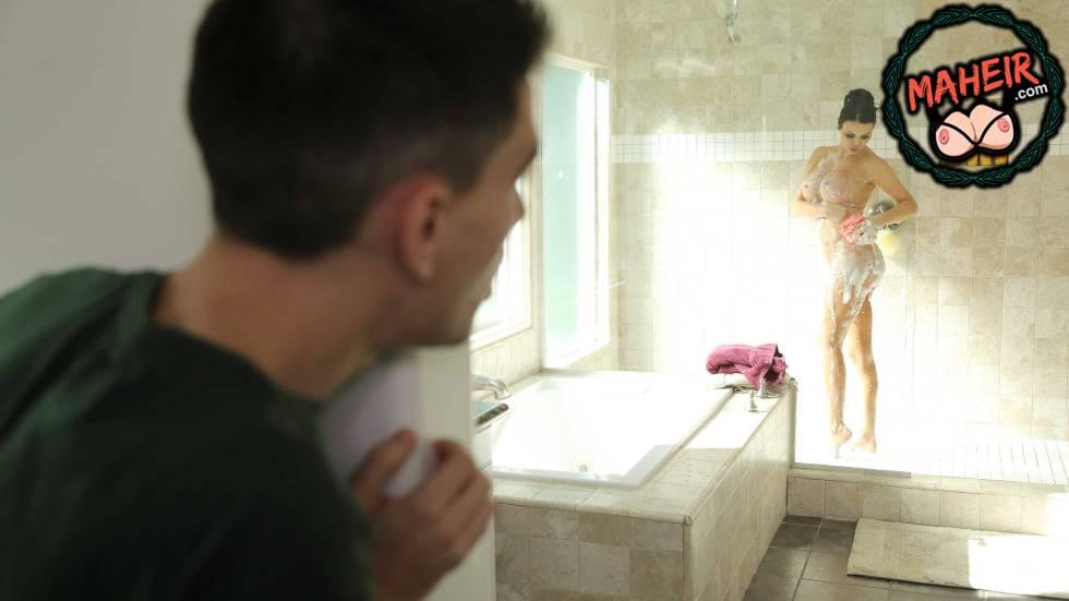 Mahalleden Arkadaşımın Dul Annesini Duş Alırken Gözetledim