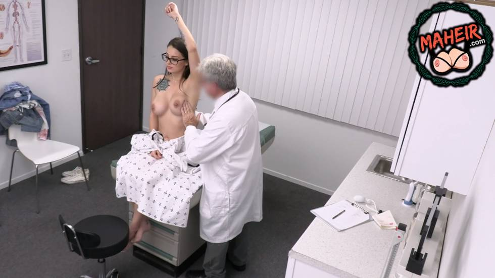 Doktor Kontrole Gelen Dövmeli Hatunu Salakta Ellemeye Çalışıyor